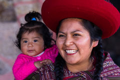Fermez-vous d'une mère péruvienne indigène et de son bébé Photo stock