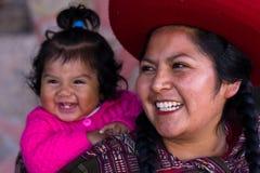 Fermez-vous d'une mère péruvienne indigène et de son bébé Image libre de droits