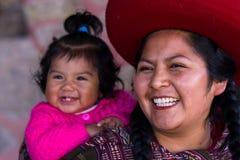 Fermez-vous d'une mère péruvienne indigène et de son bébé Image stock