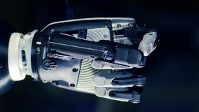 Fermez-vous d'une main cybernétique serrant des doigts banque de vidéos