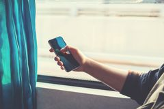 Fermez-vous d'une main d'homme utilisant le mobile Images stock