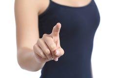 Fermez-vous d'une main occasionnelle de femme vérifiant un bouton virtuel Photographie stock