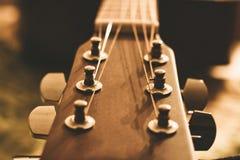 Fermez-vous d'une nouvelle tête de guitare acoustique photo stock