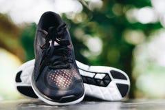 Fermez-vous d'une paire de chaussures de course de traînée en parc Image libre de droits