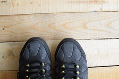 Fermez-vous d'une paire de chaussures de sport sur les panneaux en bois Photos libres de droits