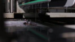 Fermez-vous d'une presse typographique industrielle a fini de mettre la peinture argentée clips vidéos