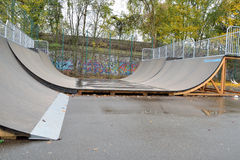 Fermez-vous d'une rampe à un parc de patin Images stock