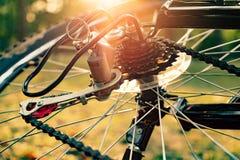 Fermez-vous d'une roue de bicyclette avec des détails Images stock
