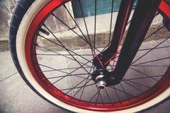Fermez-vous d'une roue de bicyclette de BMX Photos stock
