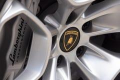 Fermez-vous d'une roue de Lamborghini avec le logo de taureau photographie stock libre de droits