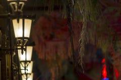 Fermez-vous d'une série de rétros lampes avec le bokeh foncé rougeâtre photographie stock