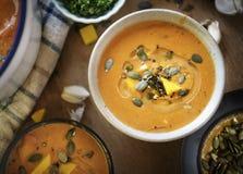Fermez-vous d'une soupe dans la cuvette photo stock