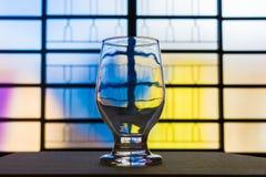 Fermez-vous d'une tasse en verre sur une table en bois photo libre de droits