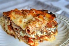 Fermez-vous d'une tranche de lasagne photographie stock libre de droits