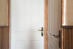 Fermez-vous d'une vieille porte en bois, rénovez le cru de couloir photo libre de droits