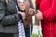 Fermez-vous dans des mains de la femme aveugle tenant un bâton Photographie stock