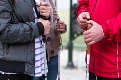 Fermez-vous dans des mains de la femme aveugle tenant un bâton Photos libres de droits