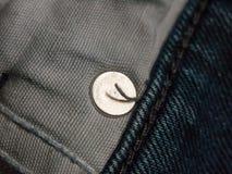 Fermez-vous de à l'intérieur de la poche de jeans avec le cercle en métal Photos stock