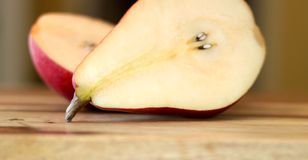 Fermez-vous de Bartlett Pears rouge découpé en tranches Photographie stock