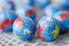 Fermez-vous de beaucoup de globes de la terre Photographie stock libre de droits