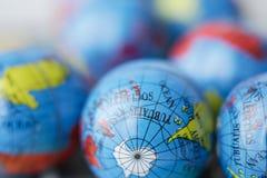 Fermez-vous de beaucoup de globes de la terre Photographie stock