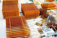 Fermez-vous de beaucoup de matériaux de construction et d'équipements au chantier photos libres de droits
