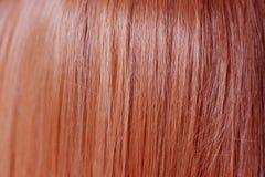 Fermez-vous de couleur rouge de cheveux de gingembre lisse et droit photographie stock