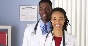 Fermez-vous de des médecins de sourire d'Afro-américain Images libres de droits