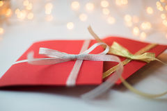 Fermez-vous de deux cartes de voeux rouges Photographie stock libre de droits
