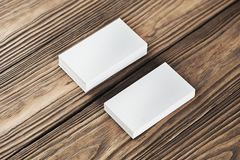 Fermez-vous de deux cartes de visite professionnelle horizontales vierges de visite au fond en bois Photos libres de droits