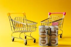 Fermez-vous de deux chariots de poussée d'épicerie de supermarché pour faire des emplettes près de la poignée jaune et rose avec  photos libres de droits