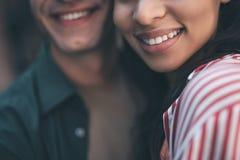Fermez-vous de deux dents de indication de personnes tout en souriant photos libres de droits