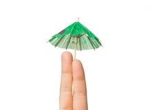 Fermez-vous de deux doigts avec le parapluie de cocktail Image libre de droits