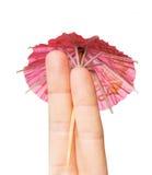 Fermez-vous de deux doigts avec le parapluie de cocktail Images stock