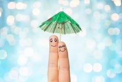 Fermez-vous de deux doigts avec le parapluie de cocktail Images libres de droits