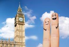 Fermez-vous de deux doigts avec les visages souriants Image libre de droits