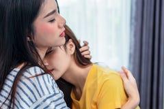 Fermez-vous de deux femmes lesbiennes asiatiques embrassant ensemble dans la chambre à coucher Personnes de couples et concept de photo stock