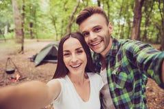 Fermez-vous de deux jeunes amis gais dans le bois gentil d'été, Images stock