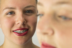 Fermez-vous de deux visages de jeunes filles Photo libre de droits