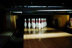 Fermez-vous de dix bornes au club de bowling Photos stock