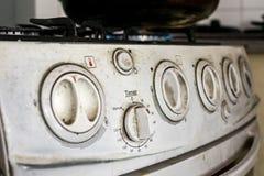 Fermez-vous de et vieille et sale cuisinière à gaz photographie stock