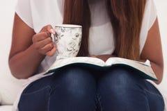 Fermez-vous de jeune Madame Studying Her Bible Photos libres de droits