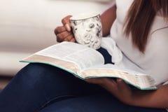 Fermez-vous de jeune Madame Studying Her Bible Photo libre de droits