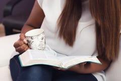 Fermez-vous de jeune Madame Studying Her Bible Image stock