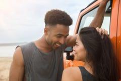 Fermez-vous de jeune parler multi-ethnique de couples Photos libres de droits