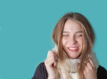 Fermez-vous de l'écharpe de port de jeune femme sur le fond en bon état Fashio Photographie stock libre de droits