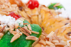 Fermez-vous de l'écrimage de Bolo Rei King Cake, le gâteau portugais traditionnel de Noël Images stock