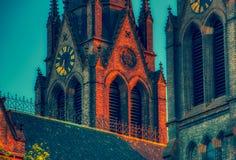 Fermez-vous de l'église de miru de namesti à Prague avec la lumière rouge et l'ombre bleue photographie stock libre de droits