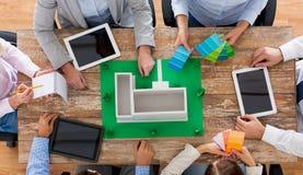 Fermez-vous de l'équipe d'affaires avec la disposition de projet Image stock