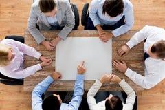 Fermez-vous de l'équipe d'affaires avec le papier à la table Photos libres de droits